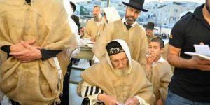 El rabino Amram Vaknin y su discípulo Gil Najman acercándose al muro.