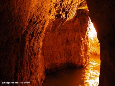 hezekiahs-tunnel-tb051803206-lugaresbiblicos