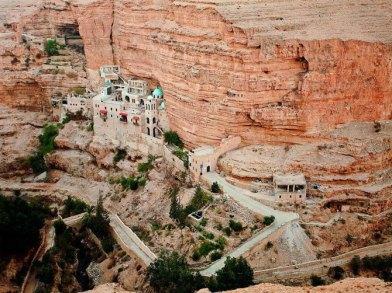 monasterio-en-el-desierto-de-judea-este-desierto-se-encuentra-en-israel-en-la-orilla-occidental-del-mar-muerto